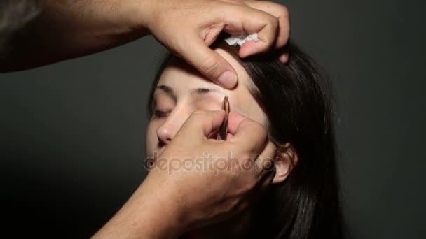 schöne junge Mädchen bekam Korrektur der Augenbrauen im Schönheitssalon. Augenbrauenkorrektur. schöne junge Frau mit nacktem Gesicht Make-up. Nahaufnahme Porträt lächelnd sexy weibliche Modell bilden Augenbrauen Form