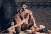 Fotografie muskulöser Mann und sexy Frau essen Schokolade nach Massage salon