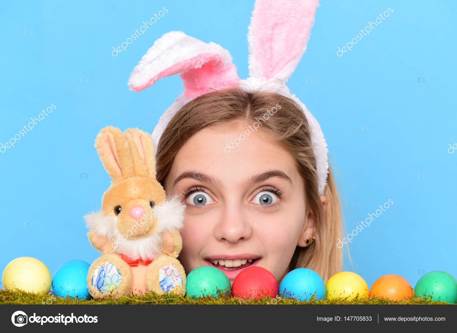 303a5ae23eb Ευτυχισμένος κορίτσι Πάσχα στα αυτιά λαγουδάκι με πολύχρωμα αυγά, κουνέλι — Φωτογραφία  Αρχείου