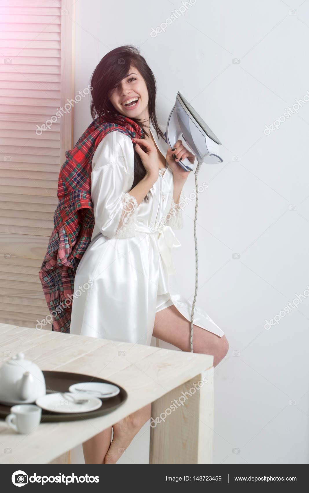 Домохозяйка в сексуальном халатике