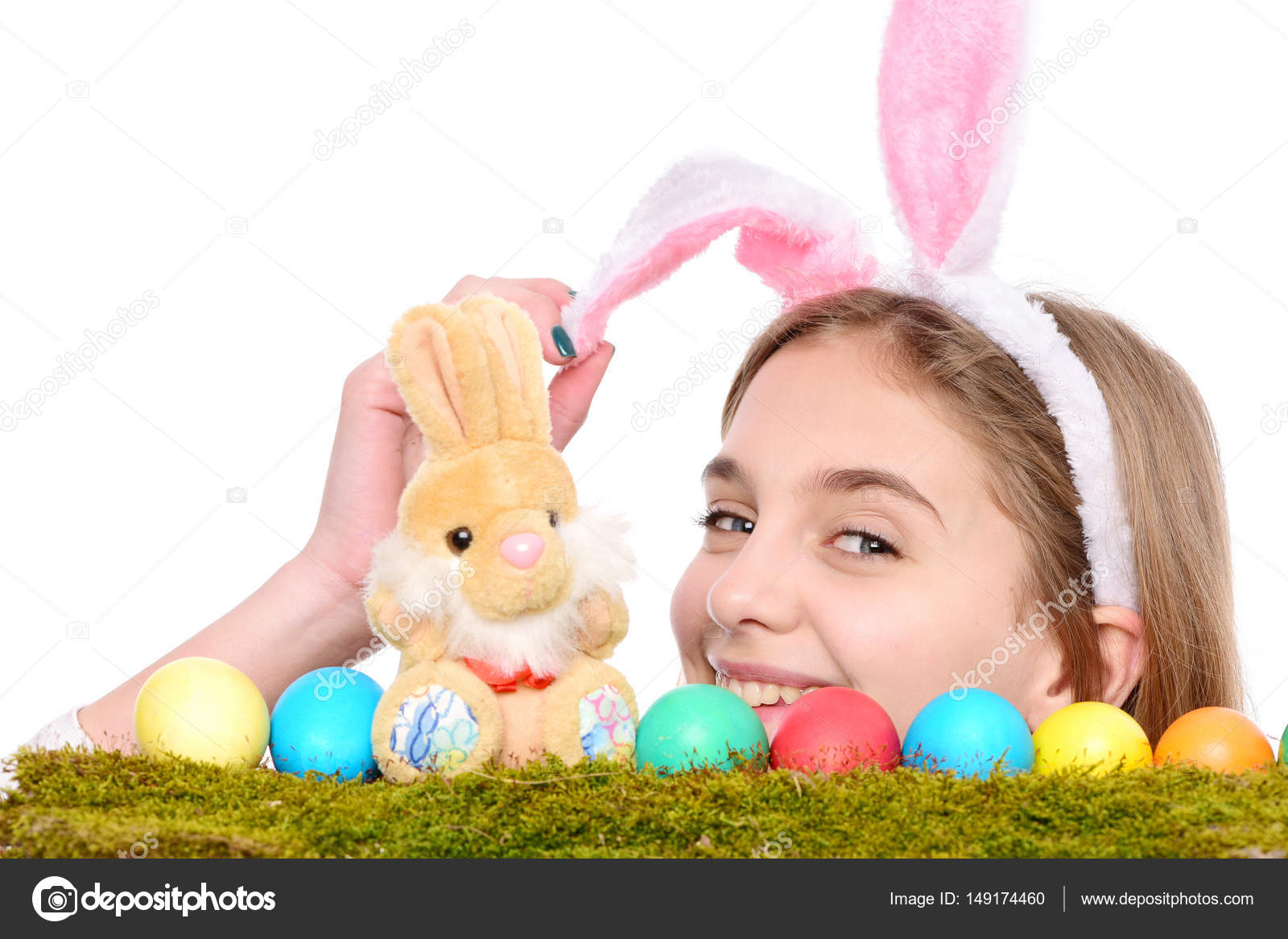 d64fad0753a Ευτυχισμένος κορίτσι Πάσχα στα αυτιά λαγουδάκι με πολύχρωμα αυγά, κουνέλι–  εικόνα αρχείου