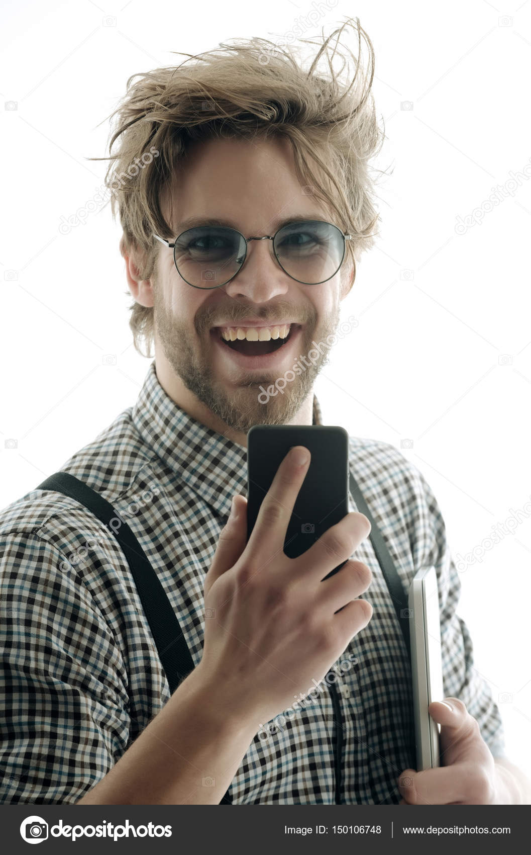 76e1c8370c Όμορφος άντρας με γυαλιά με το smartphone και το φορητό υπολογιστή ...