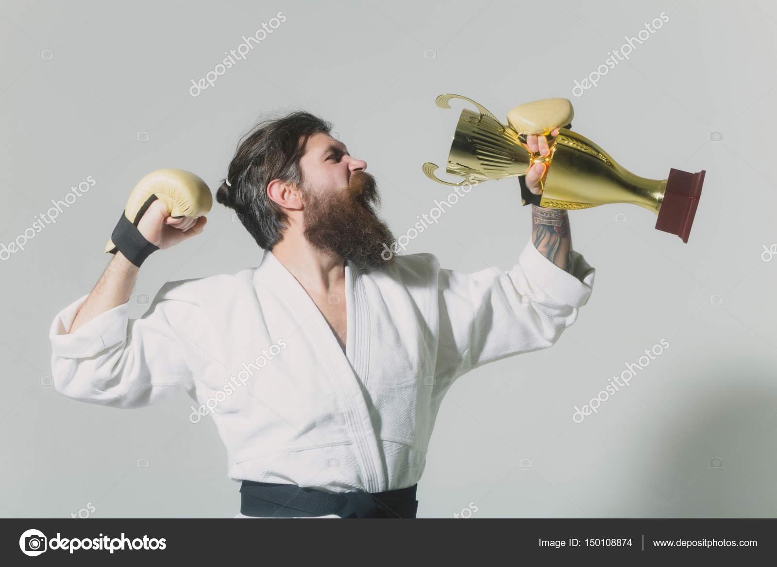 barbudo a hombre feliz karate kimonos, guantes de boxeo, campeón de ...