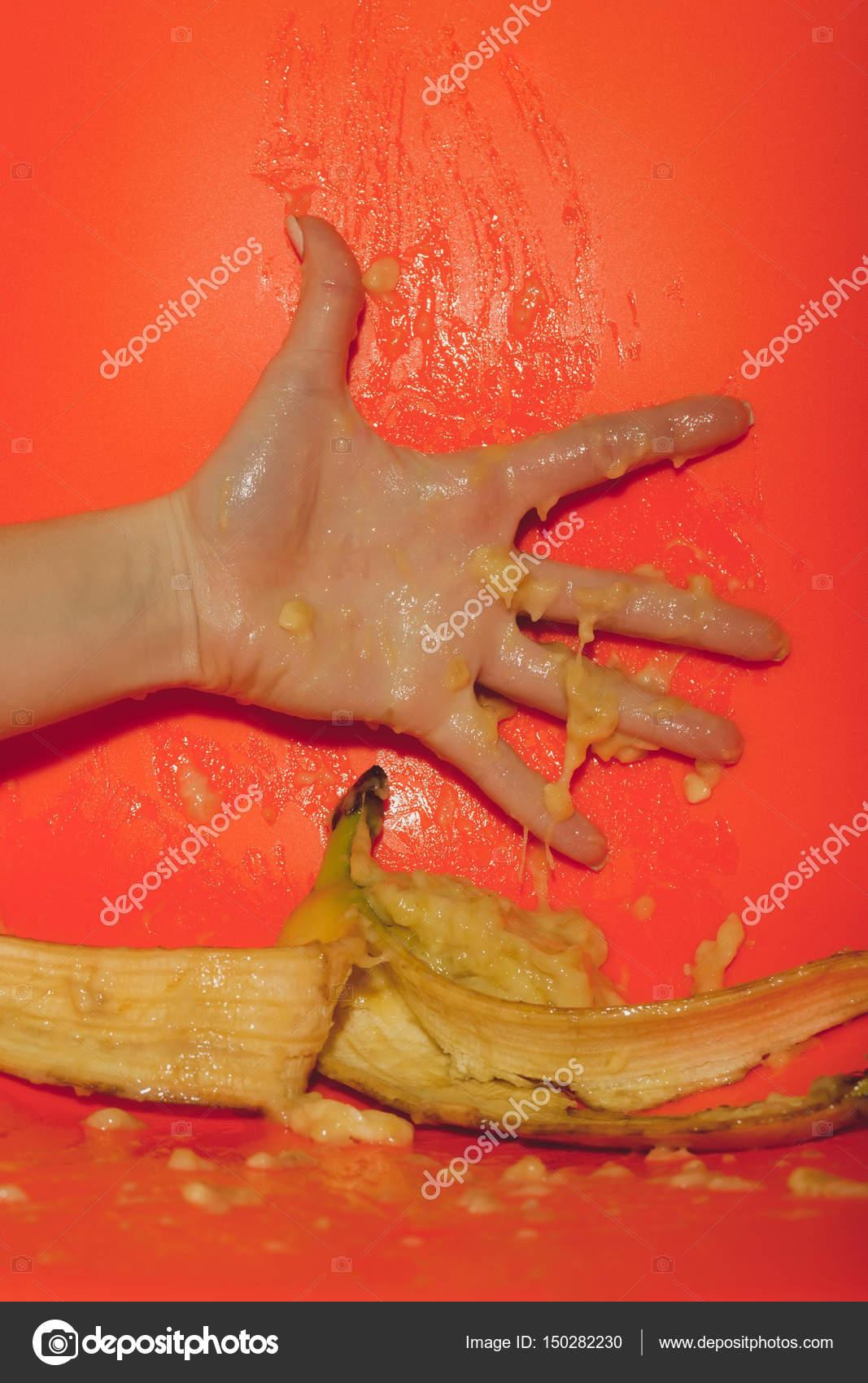 Weibliche Hand drückte Saft oder Squash von Banane — Stockfoto ...