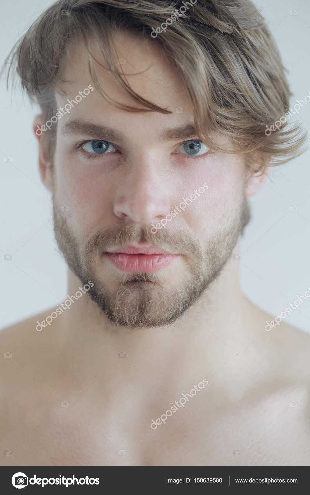 Uomo Barbuto Bello Con La Barba Ed Elegante Taglio Di Capelli Foto