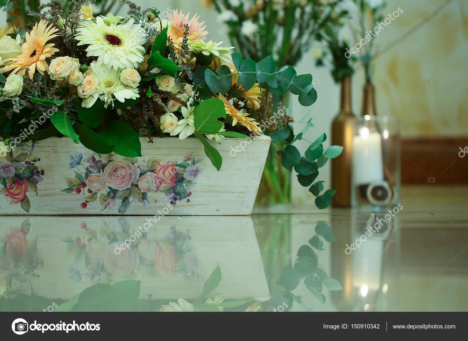 Bluhende Blumen Und Grunpflanzen In Holzernen Blumentopf Stockfoto