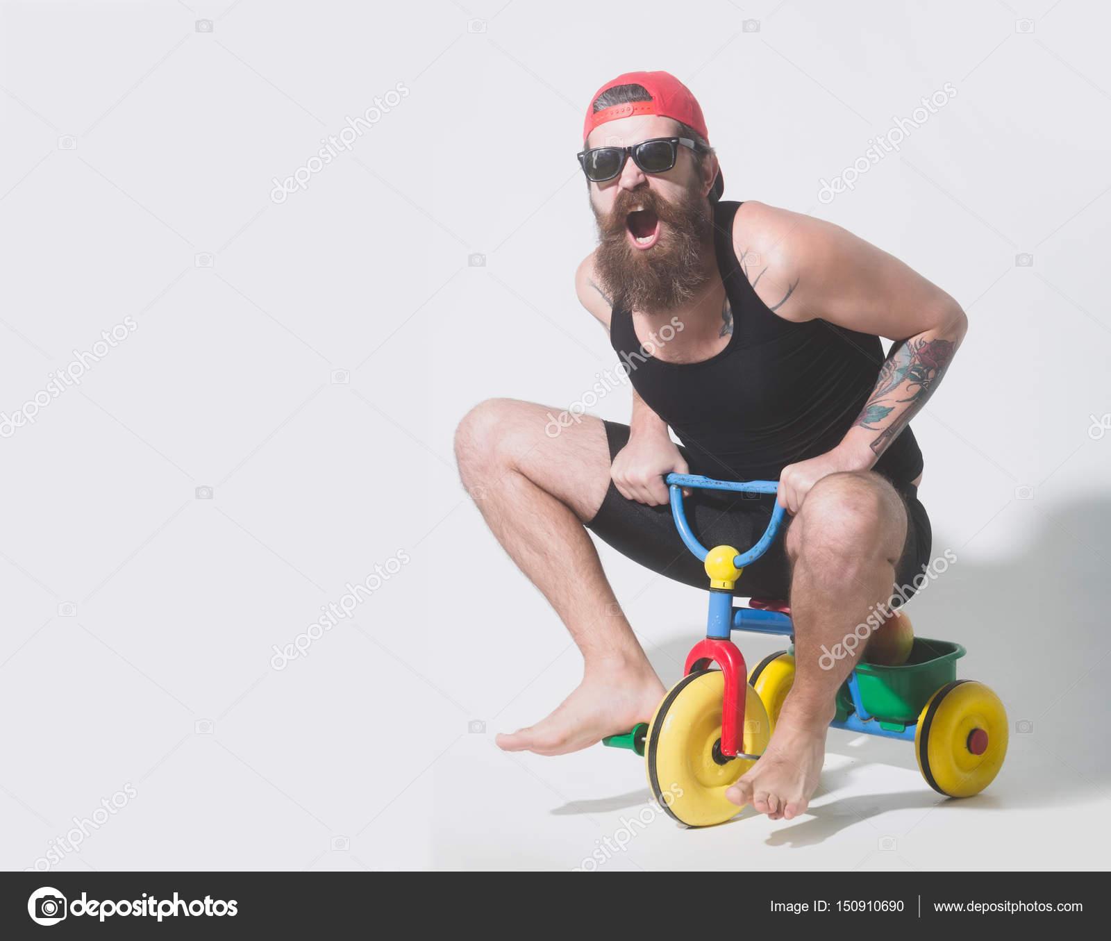hombre barbudo gritando juguete bicicleta colores en gafas de sol ...