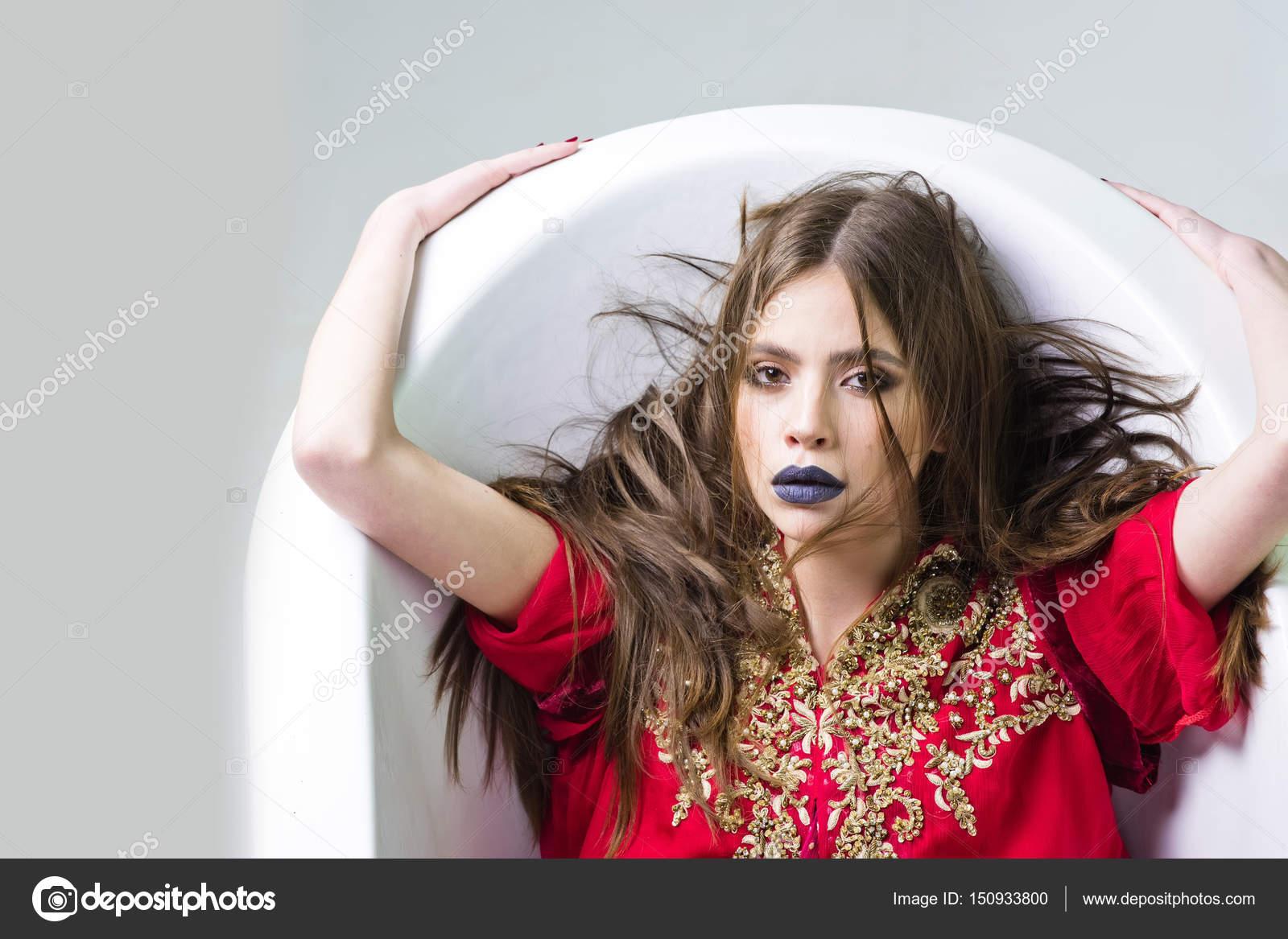 370864411f44 Vasca da bagno bianca e bella giovane donna con le labbra nere ...