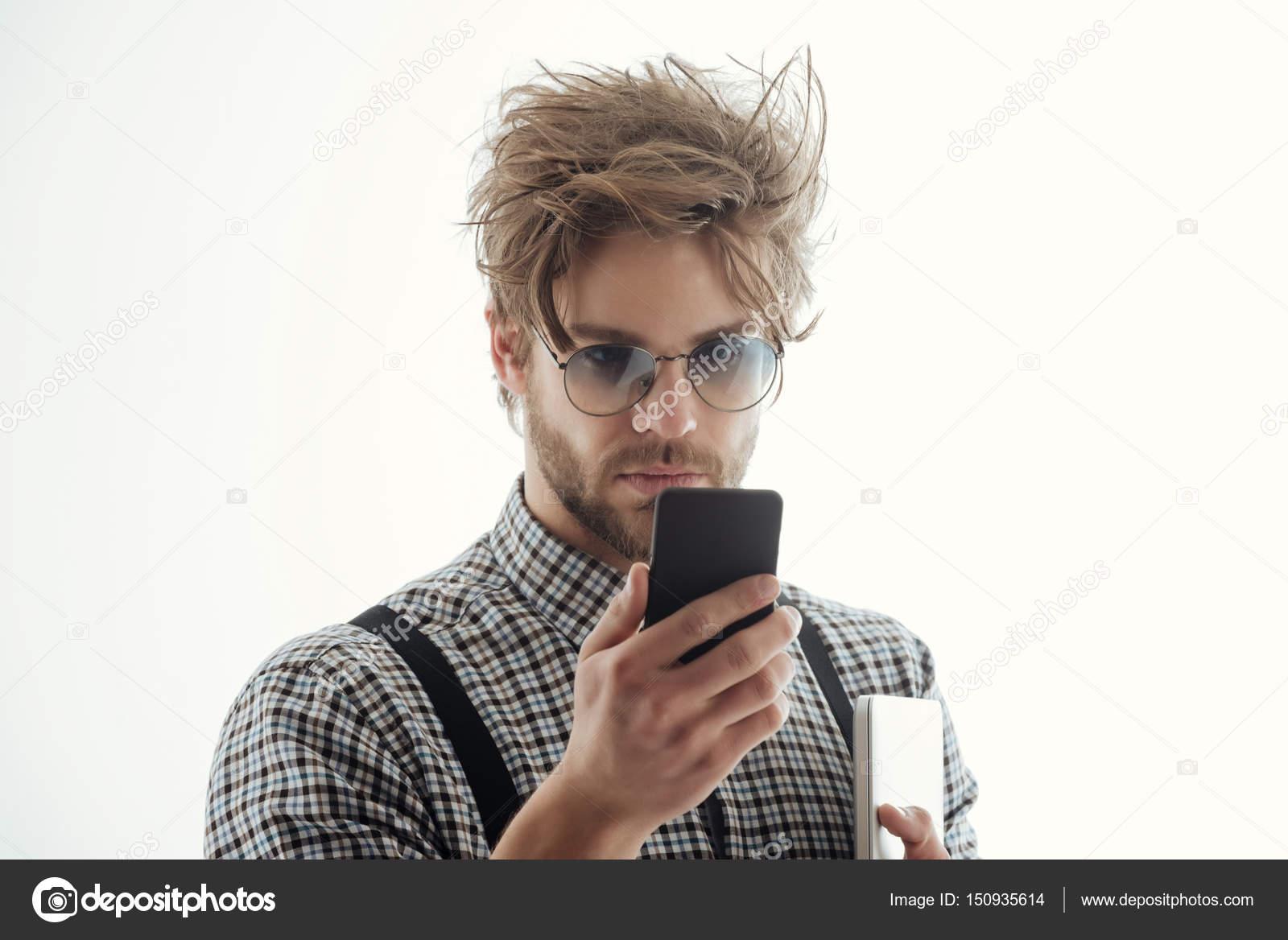 95f869a1cdc962 Knappe man in brillen met smartphone en laptop computer — Stockfoto ...