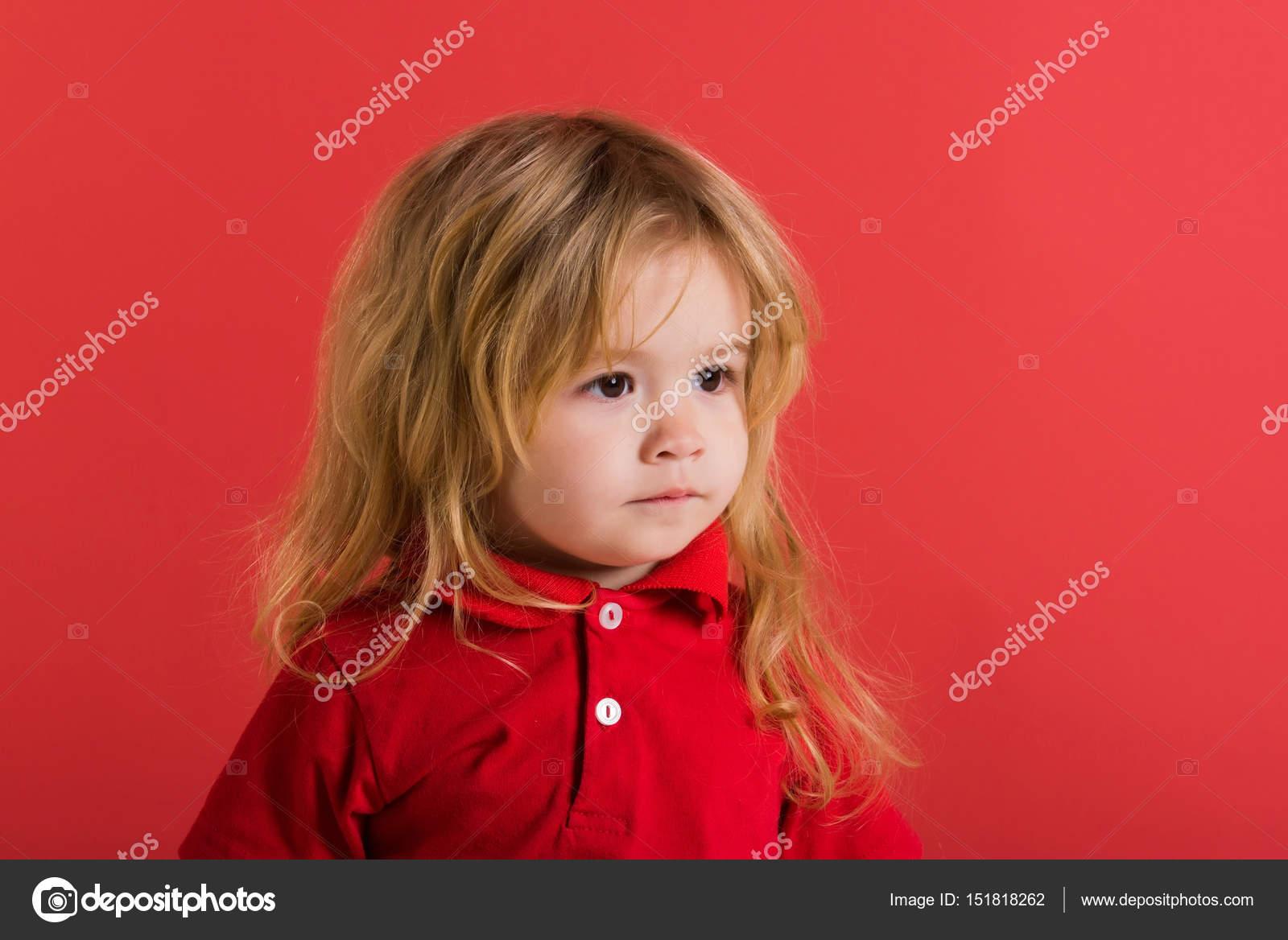 Kleine Jungen Mit Langen Blonden Haaren Im Roten Hemd Stockfoto