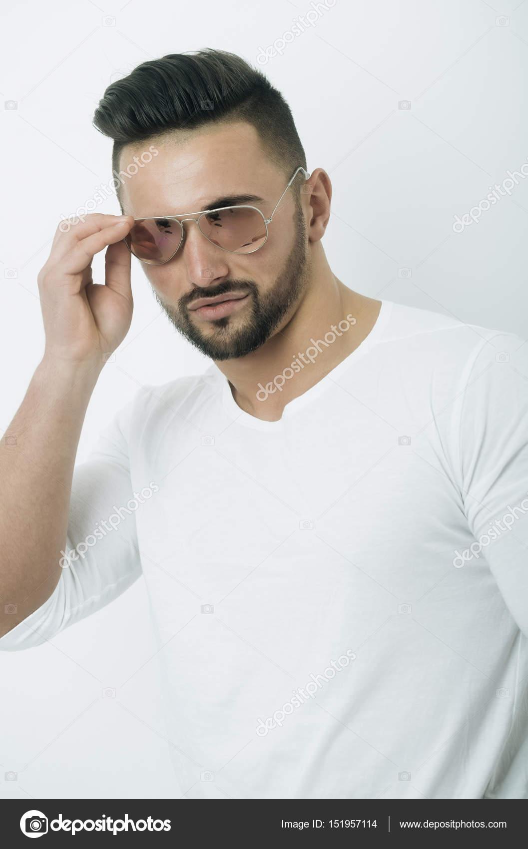 c0331fe49e Sexy hombre con barba en gafas de sol moda retro aviador — Fotos de Stock