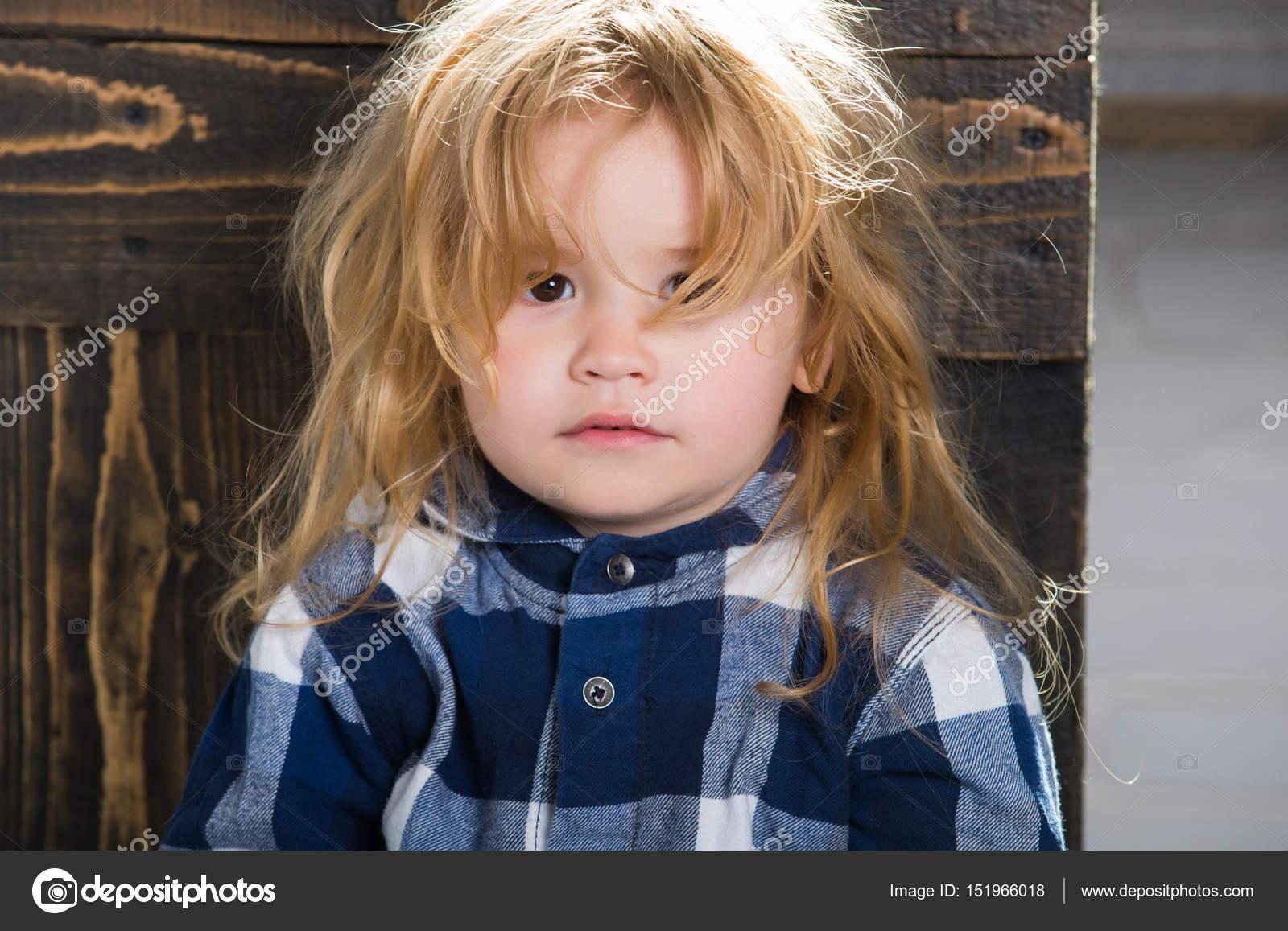 Niedliche Kleine Junge Mit Blonden Haaren In Blau Kariertes Hemd