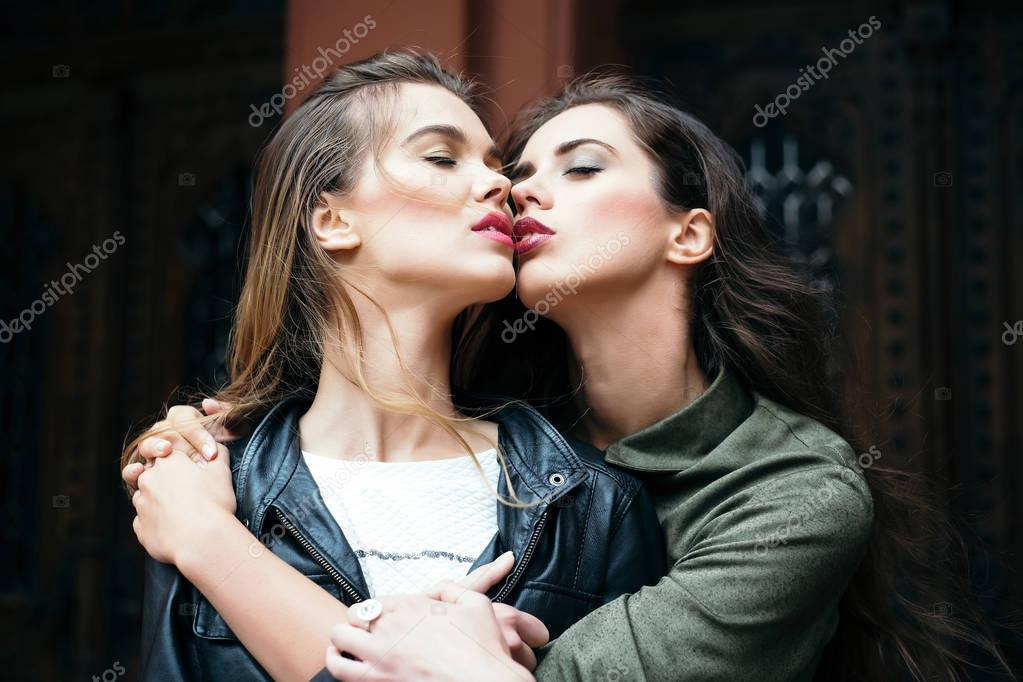 italian-women-kissing-the-camera