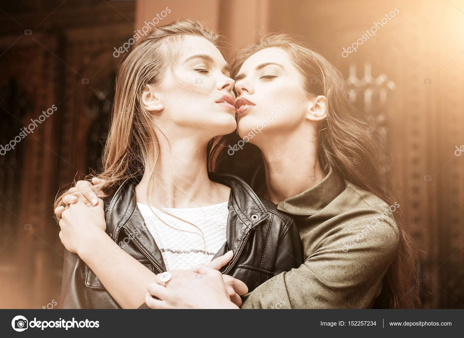 twee meisjes zoenen Videos