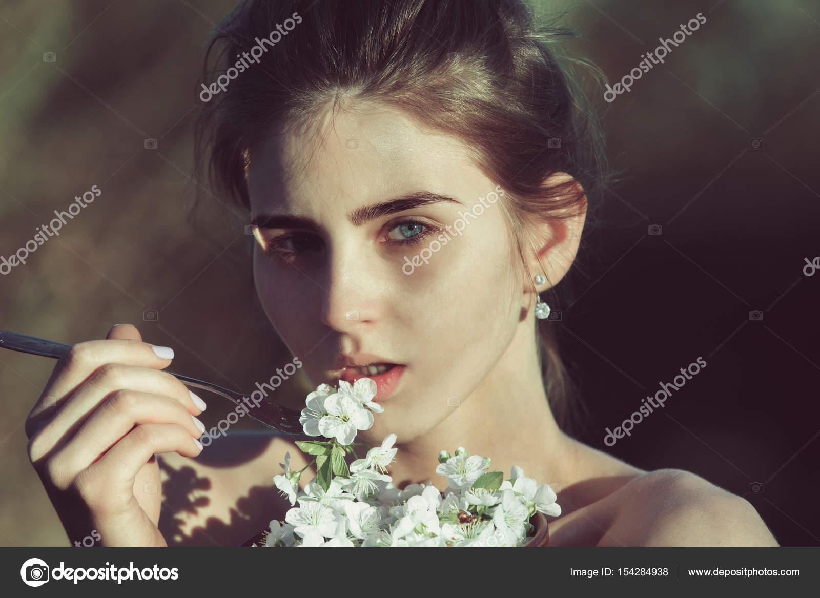 Blumen mit metallischen Gabel, Frau Essen Kirschblüte Blütenblätter ...