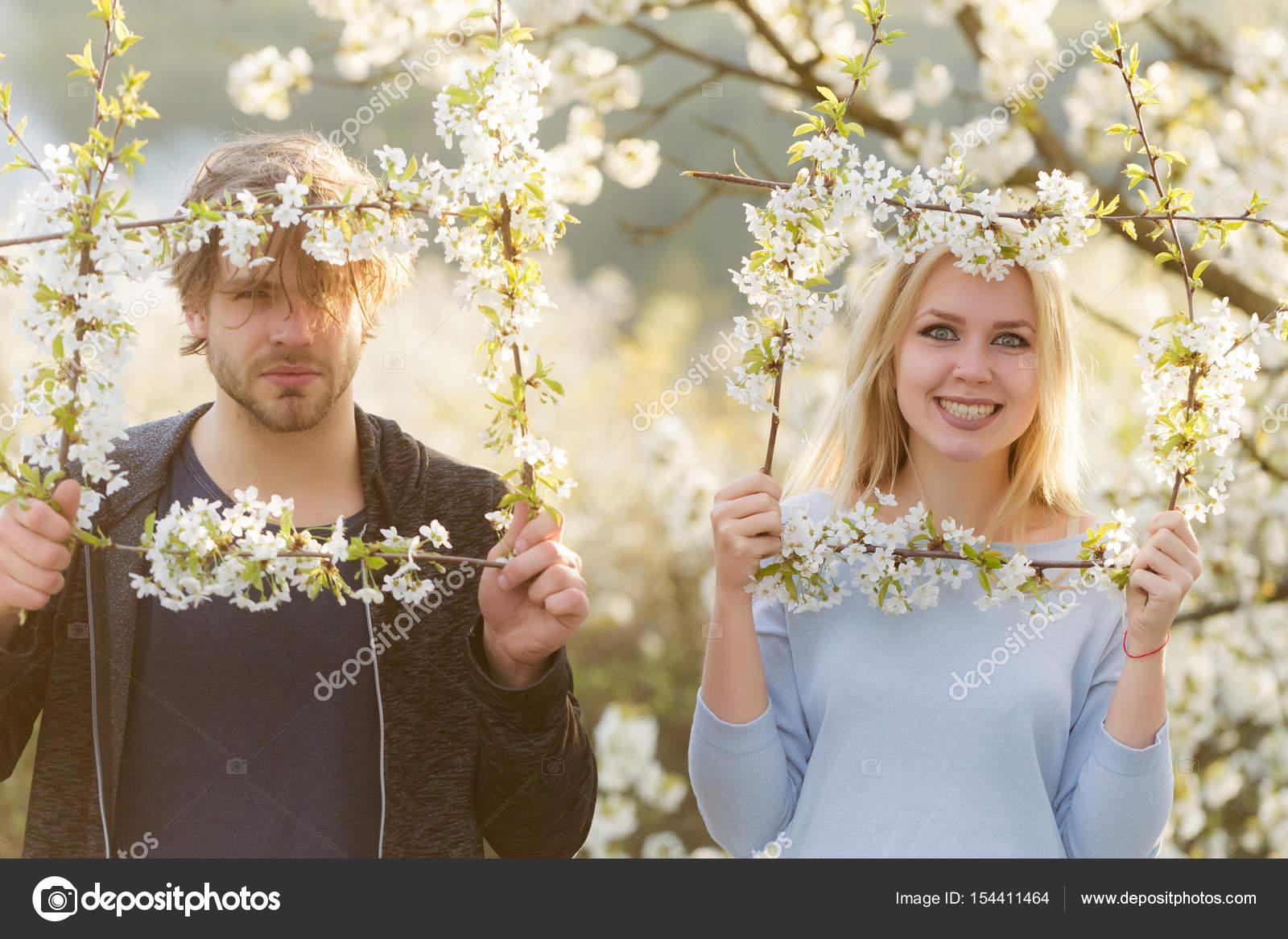 pareja de enamorados, sonriendo la mujer y el hombre en el marco de ...