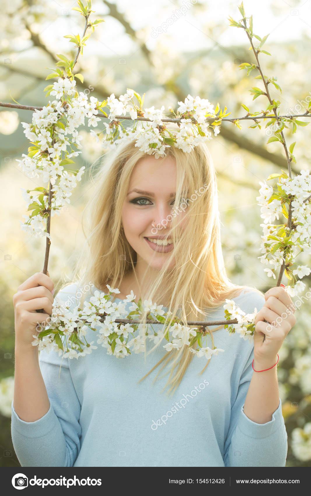 Feliz niña sonriente en el marco de blanco, flor flores — Fotos de ...