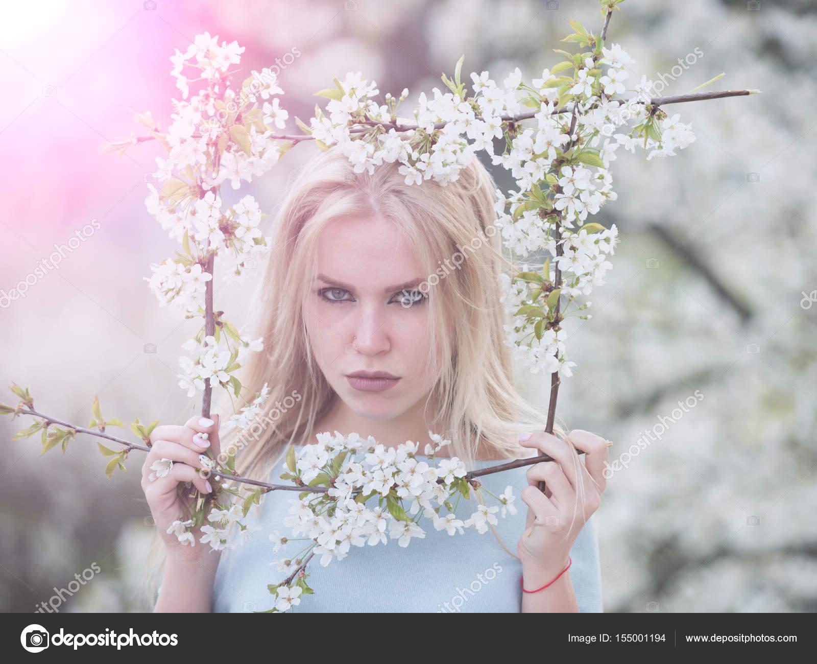 Retrato de niña con la cara seria con marco flores — Foto de stock ...