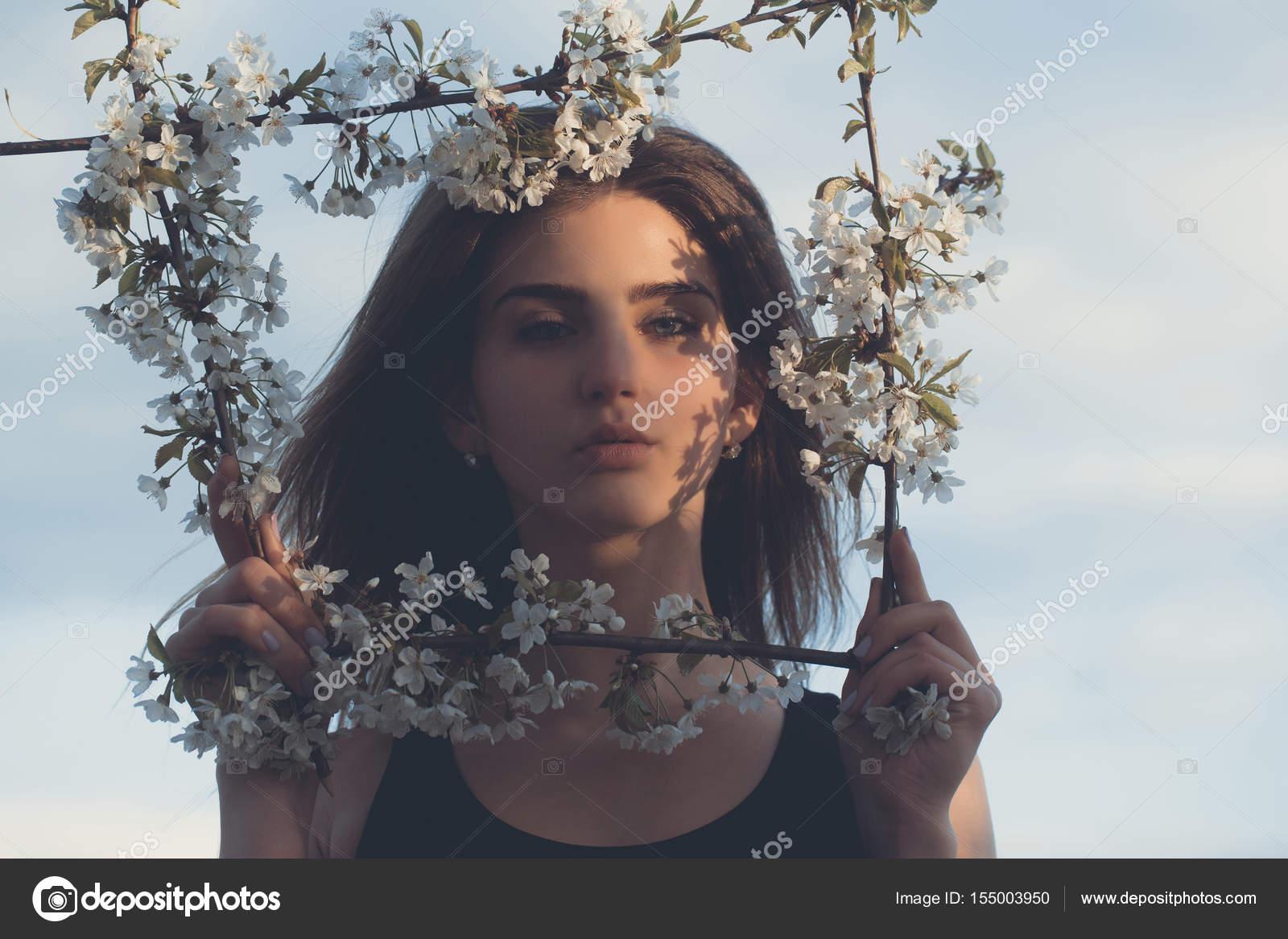Hermosa mujer posando en marco floral en azul cielo — Fotos de Stock ...