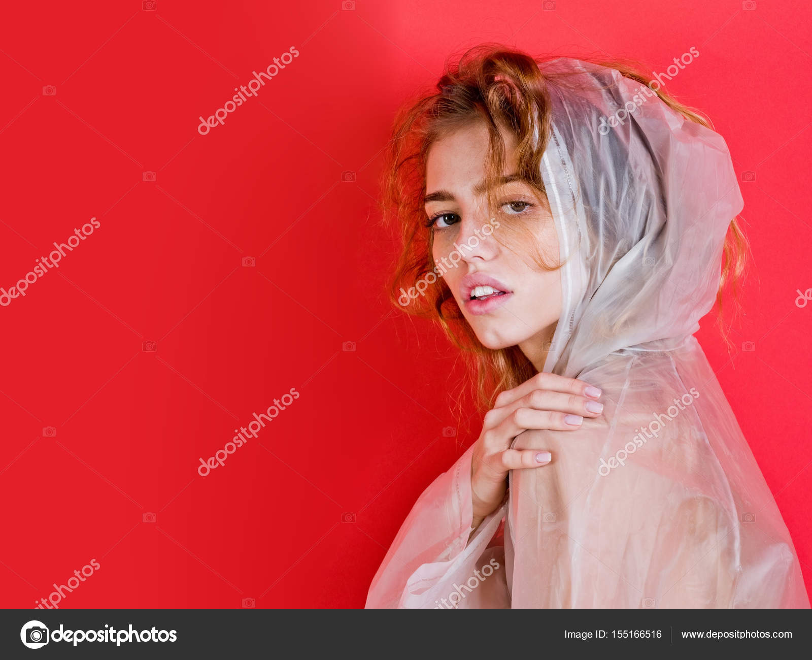Stockfoto Frau — Kunststoff Regenmantel © Tverdohlib Trägt Ify6bvY7g