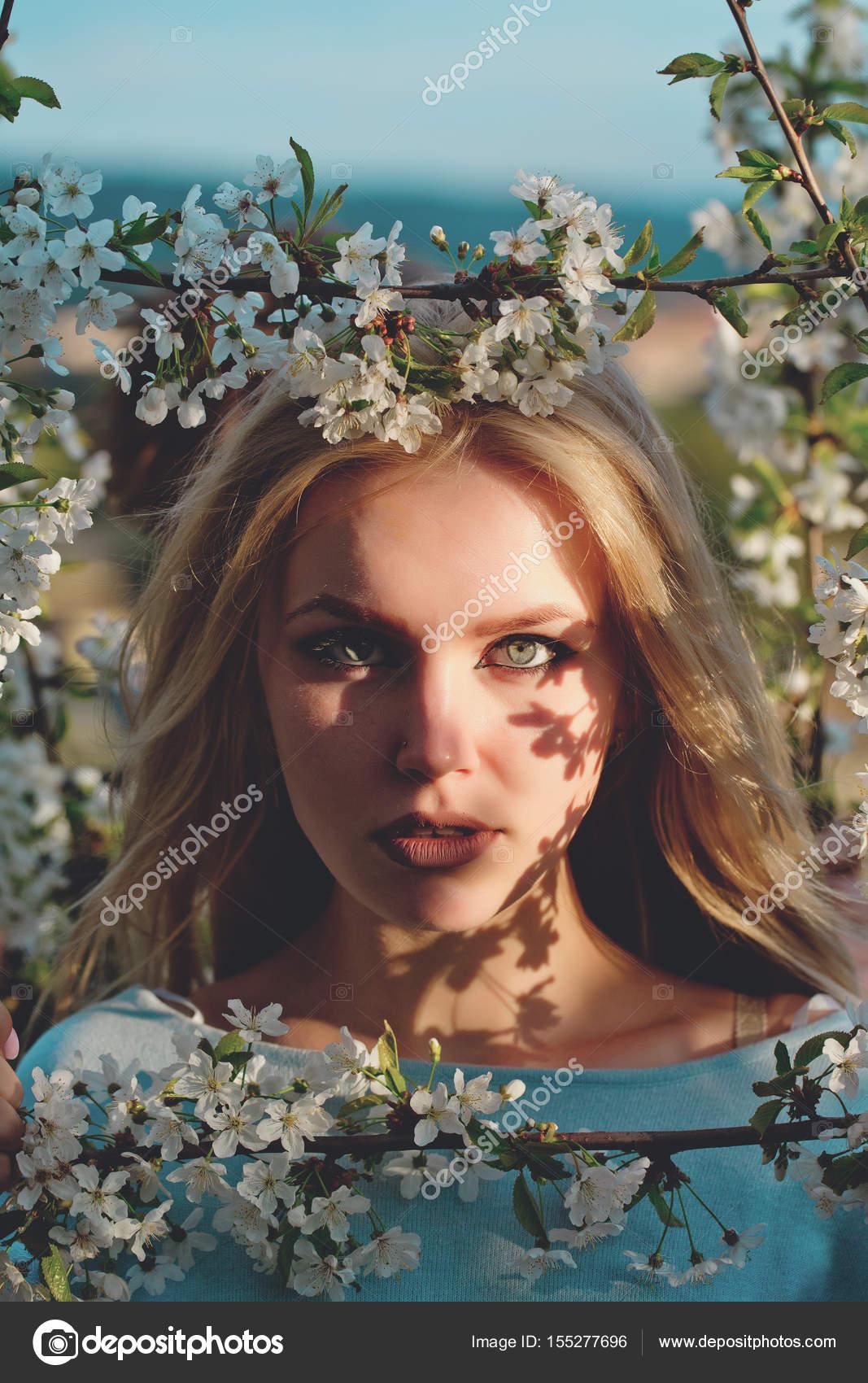 Primavera y la juventud, chica con cara de adorable en marco floral ...