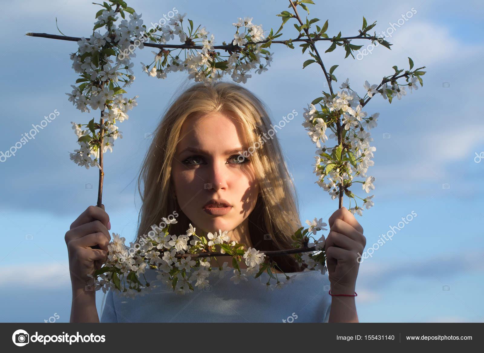 mujer con lindo rostro en marco floral — Foto de stock © Tverdohlib ...