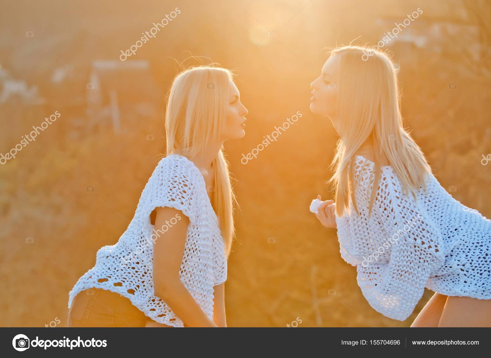 Twin filles lesbiennes sexe les jeunes hommes homosexuels ayant des rapports sexuels