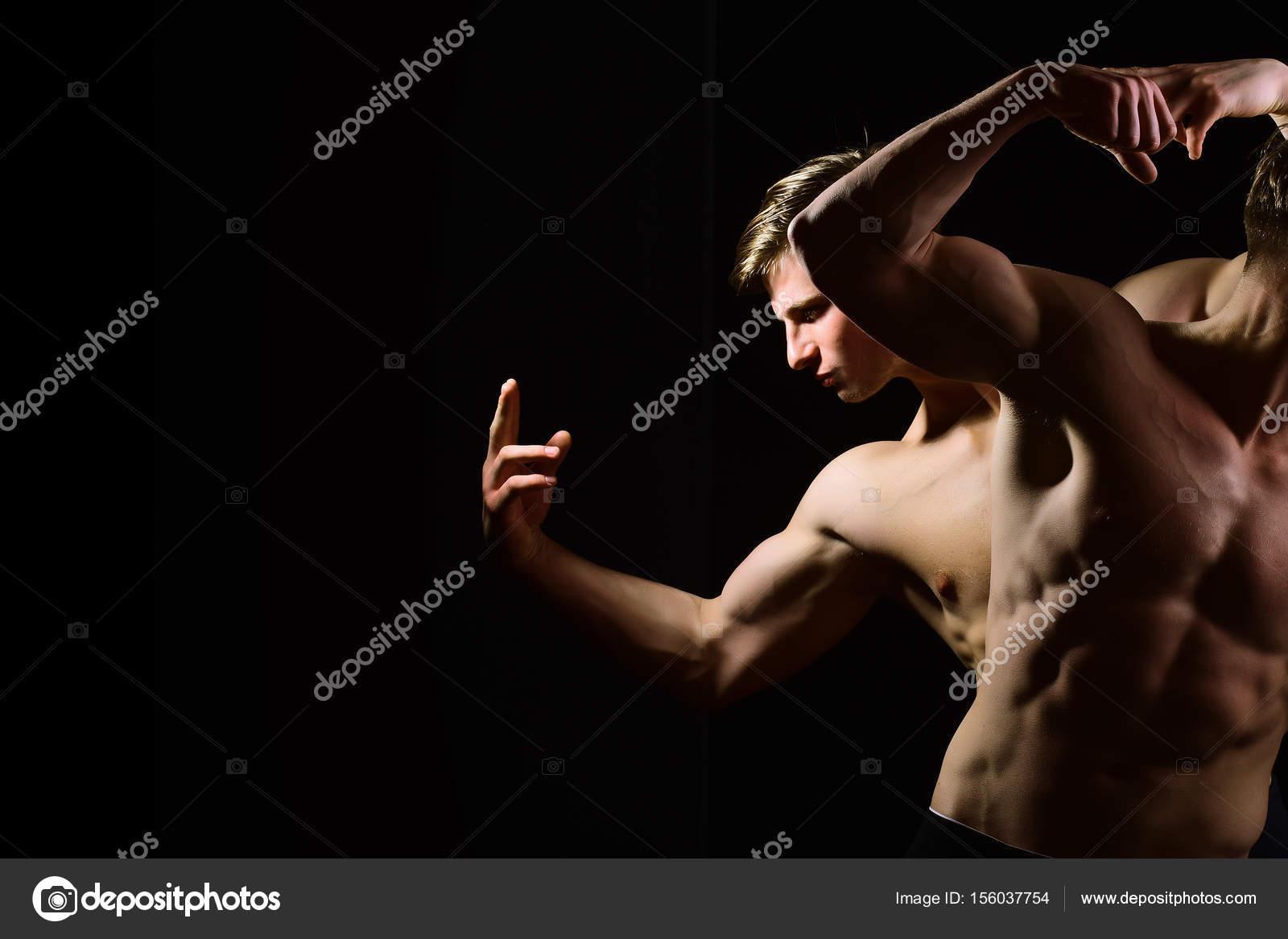 Jedna čára pod jeho lehce povadlými prsními svaly, druhá těsně nad tmavým.