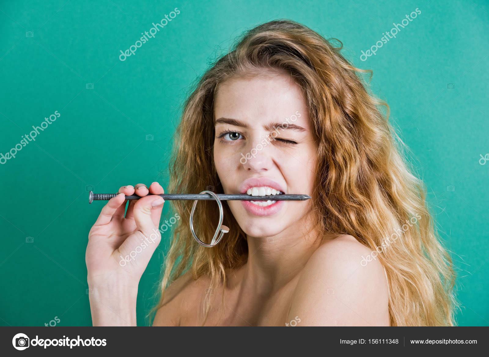 metallisierte Nagel mit gesunde weiße Zähne beißen Mädchen ...