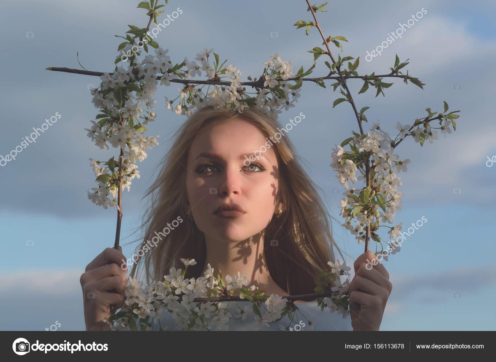 chica posando con cara bonita en marco floral — Fotos de Stock ...