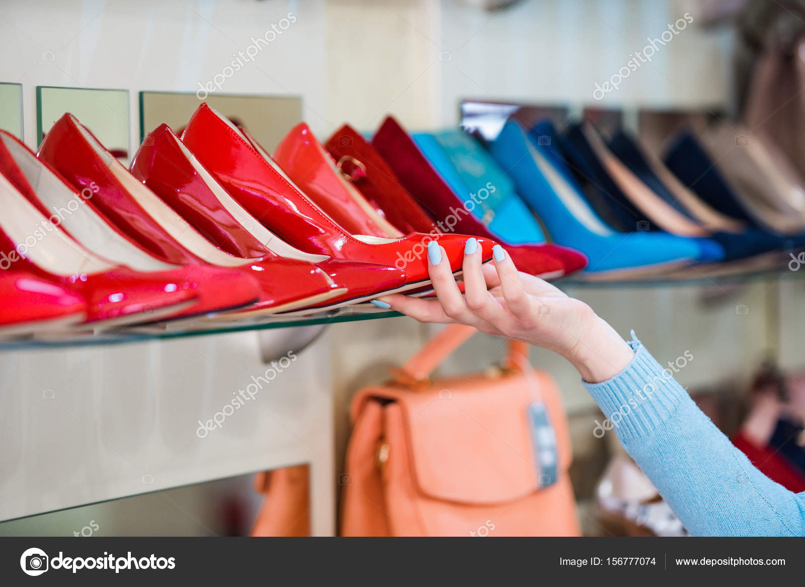 3d653ac8a5 vetrina dello shopping con mano e scarpe donna — Foto Stock ...
