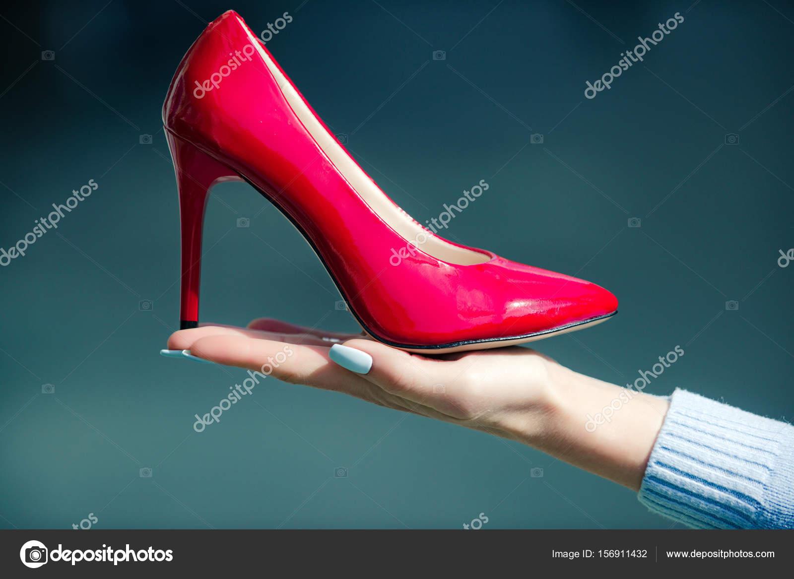 1e6845e15d In pelle di colore rosso scarpa glamour sulla mano femminile — Foto ...