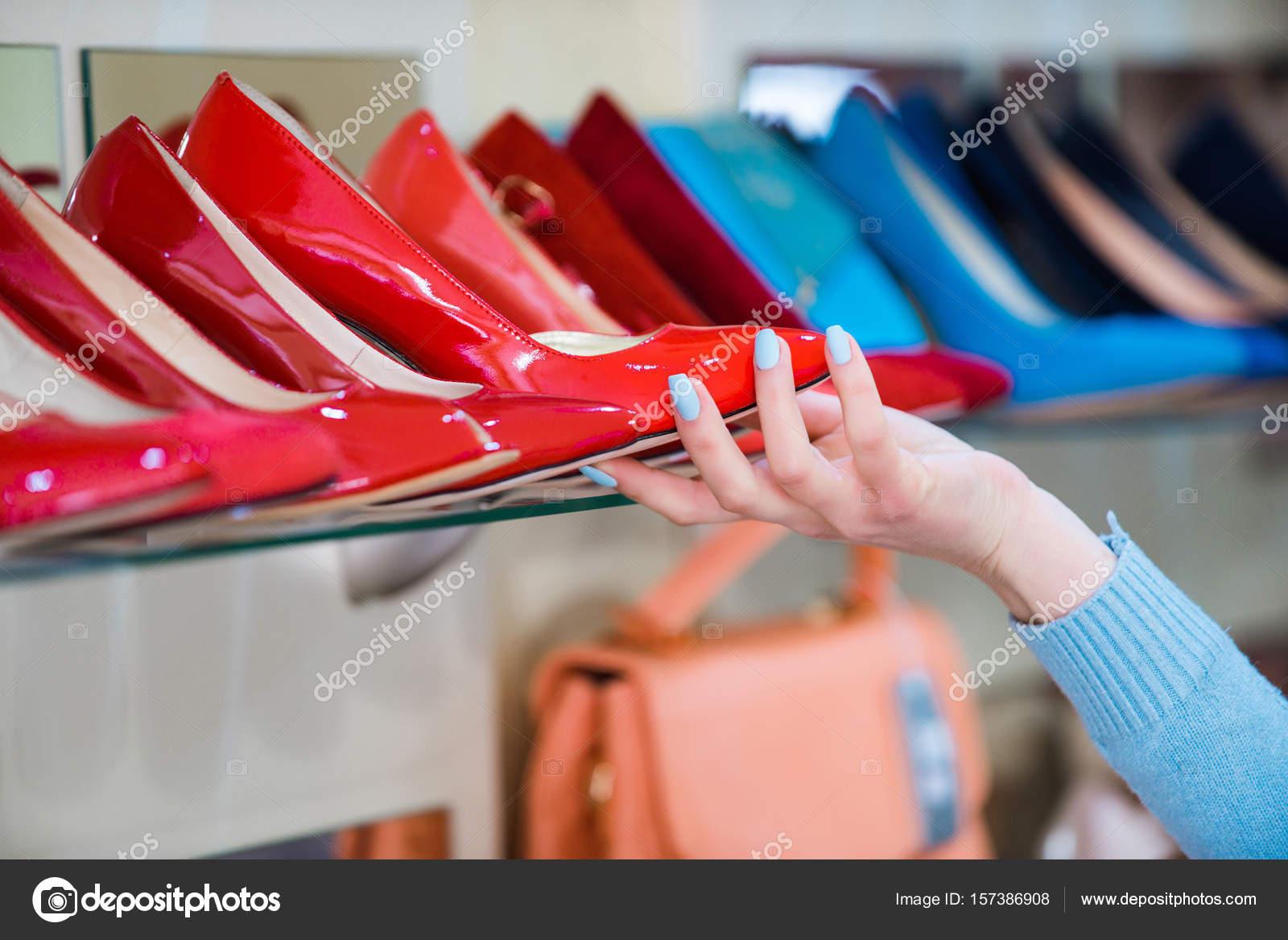 9c770ee4b51782 Hand wählen Sie Schuhe im Schaufenster einkaufen — Stockfoto ...
