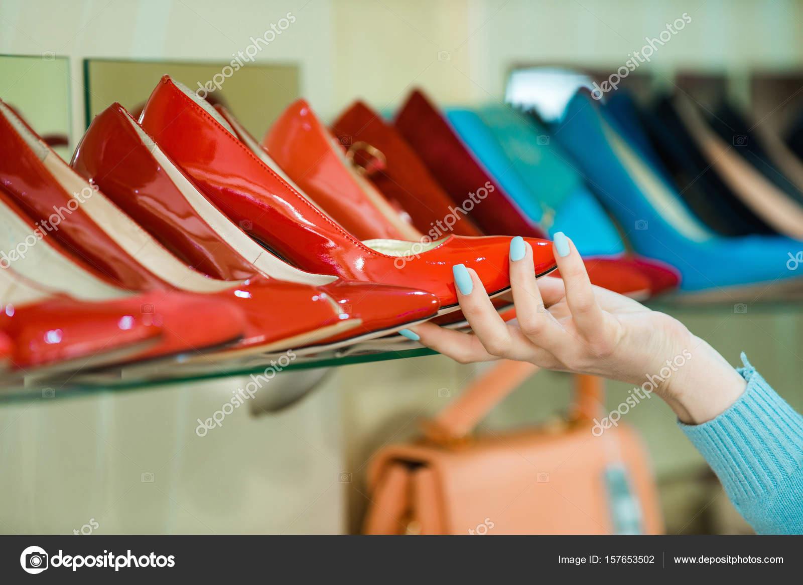 dd61eaa14b Vetrina dello shopping con mano e scarpe donna — Foto Stock ...