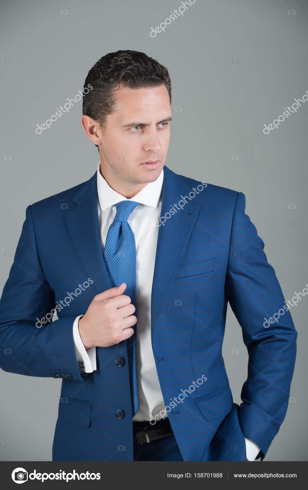 size 40 104a7 f38c8 Geschäftsmann posiert in violetten Anzug, weißes Hemd und ...