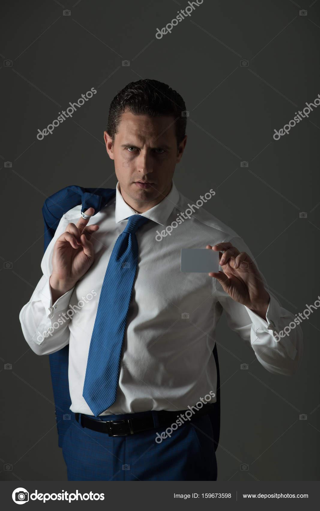 b6ed85f921c7 Επιχειρηματίας δείχνει Τράπεζα ή μια επαγγελματική κάρτα σε λευκό πουκάμισο–  εικόνα αρχείου