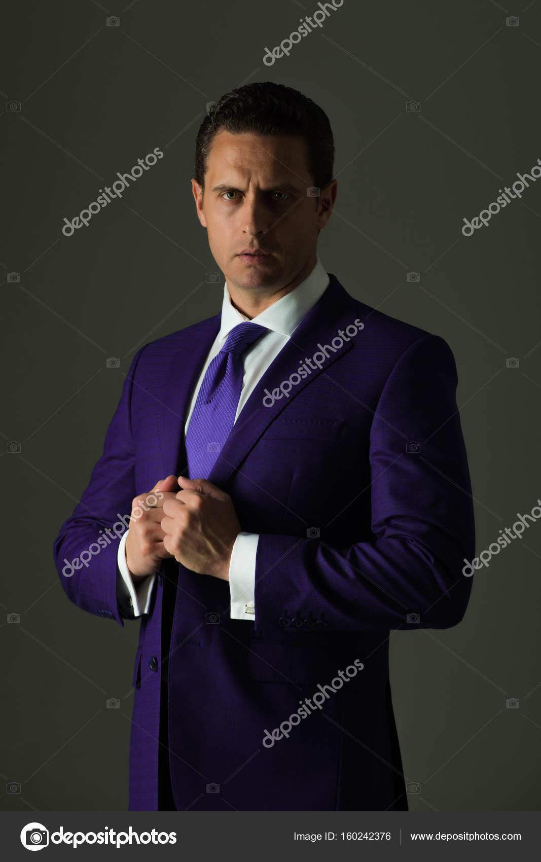 Homme. homme d affaires confiant ou patron réussie réglage ex aequo dans la  mode costume officiel bleu et chemise blanche sur fond gris. fbdc49ef2c2