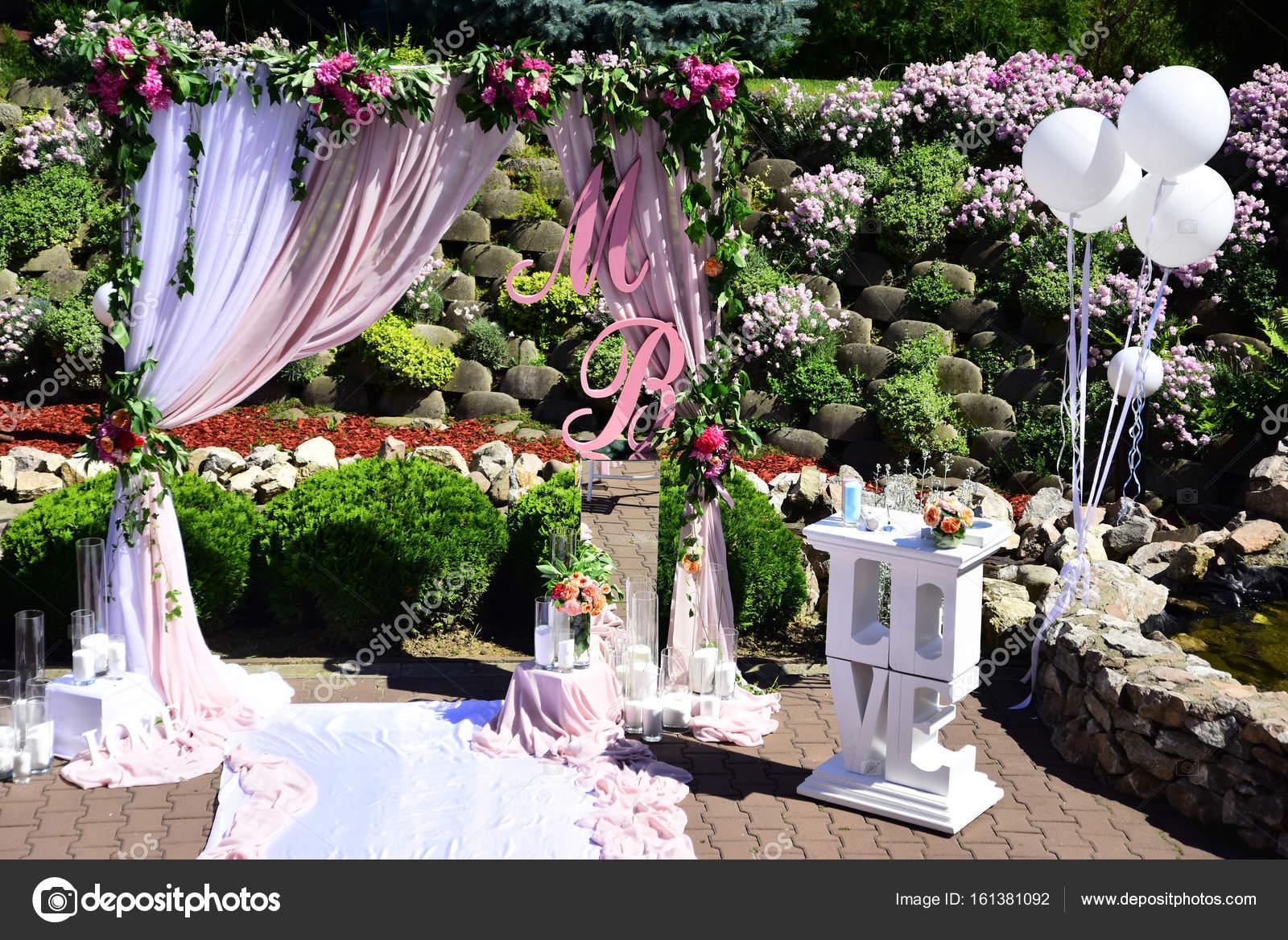 Bogen Sie Zur Hochzeit Zeremonie Dekoration Sonnigen Sommer Im