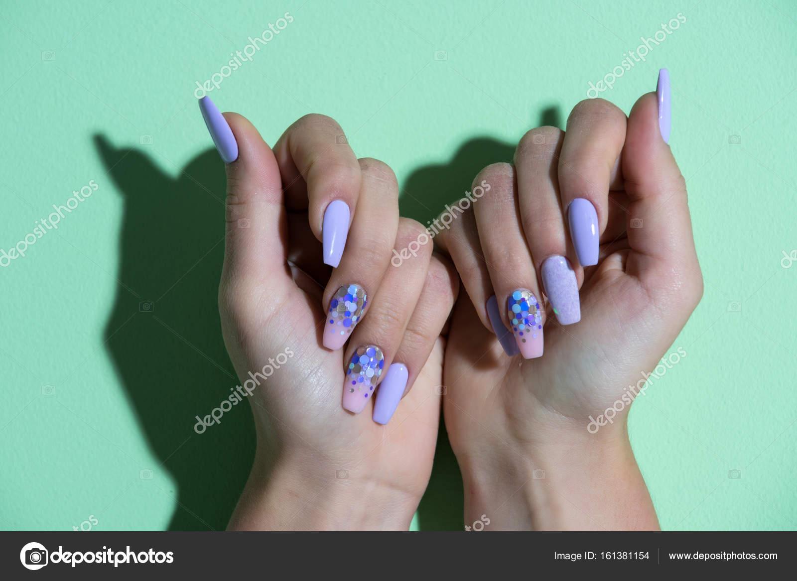 Mujer mostrar manicura profesional en fondo verde — Foto de stock ...