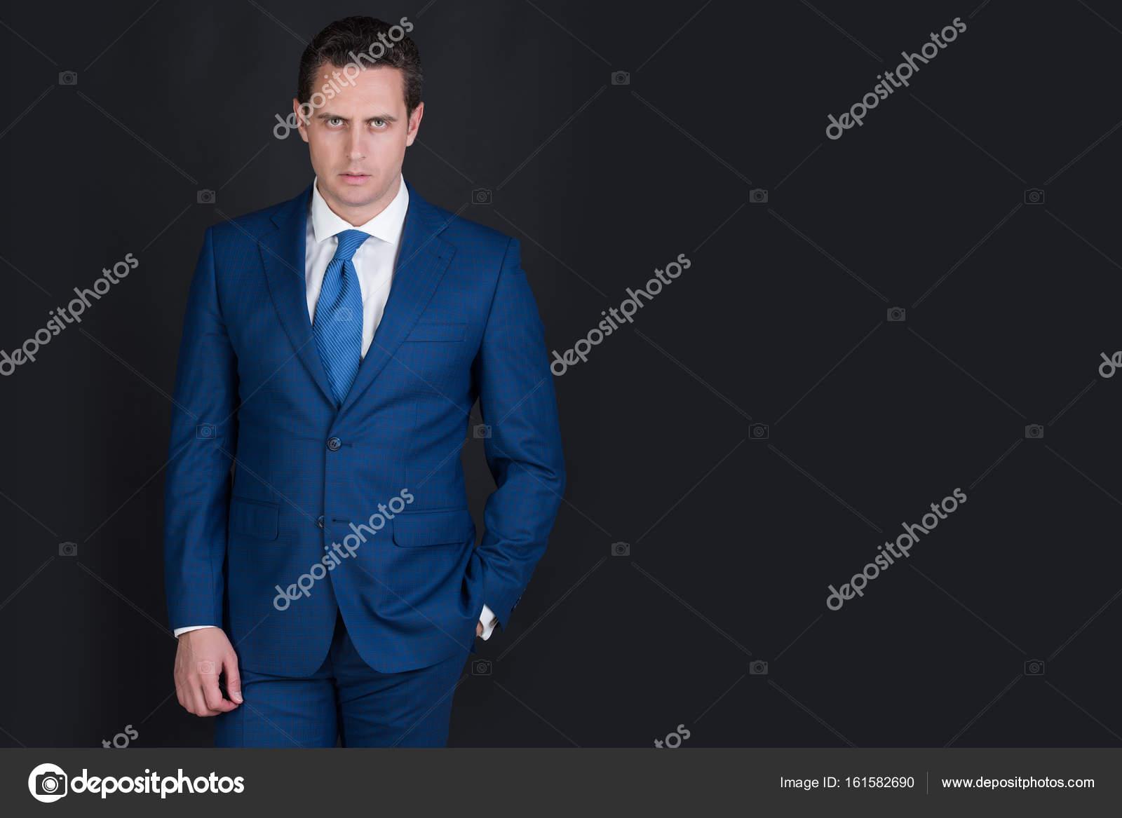 homme posant en élégant costume officiel bleu — Photographie ... c9c06c954fe