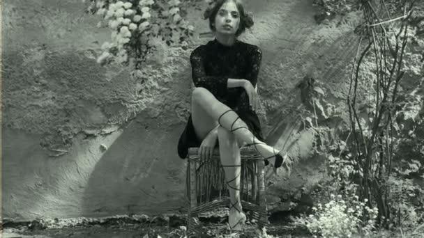 Mädchen im Garten gegen die alte Mauer mit Haare, schöne Frisur mit ...