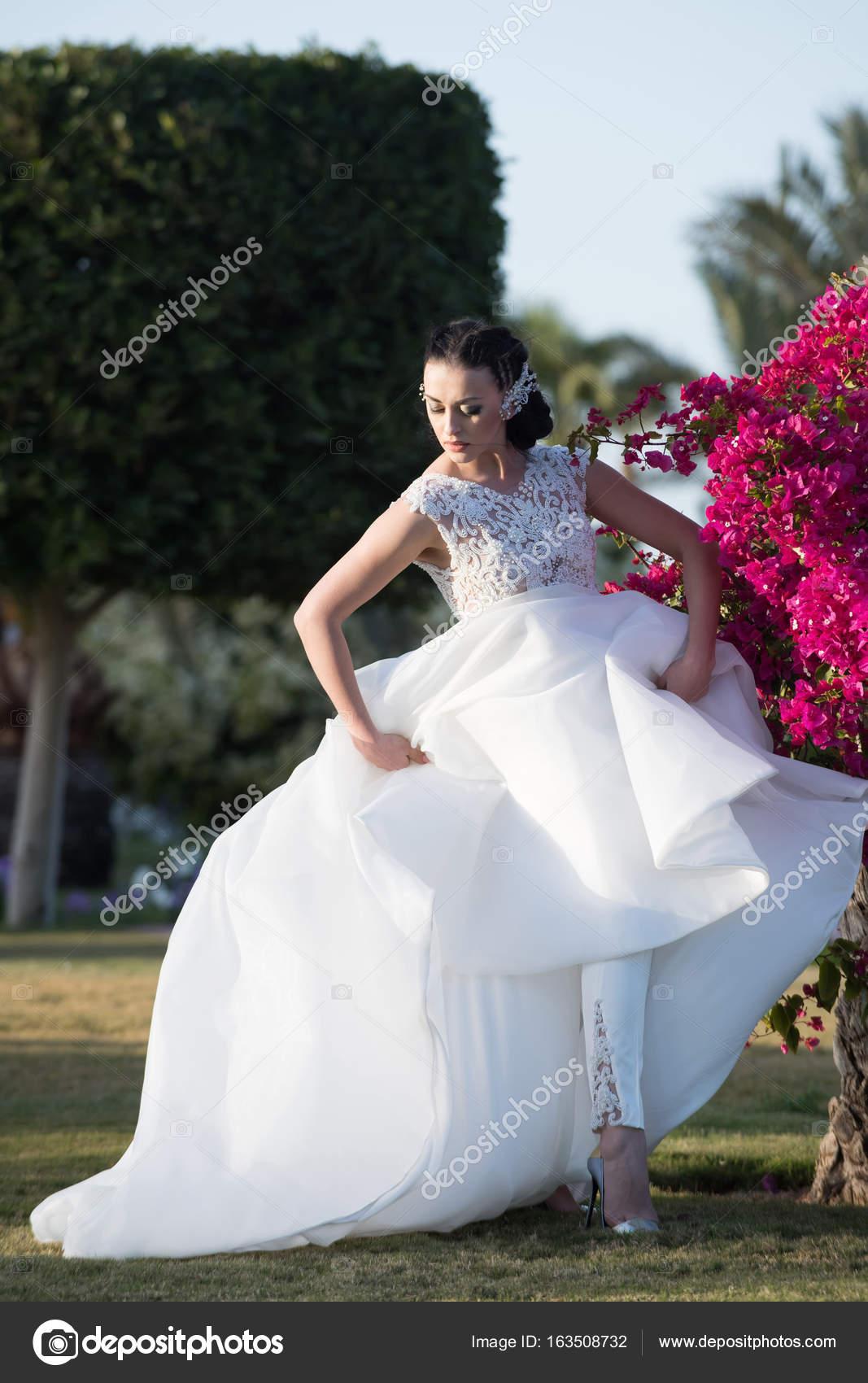 Madchen Braut Im Schonen Hochzeitskleid Mit Voller Rock Stockfoto
