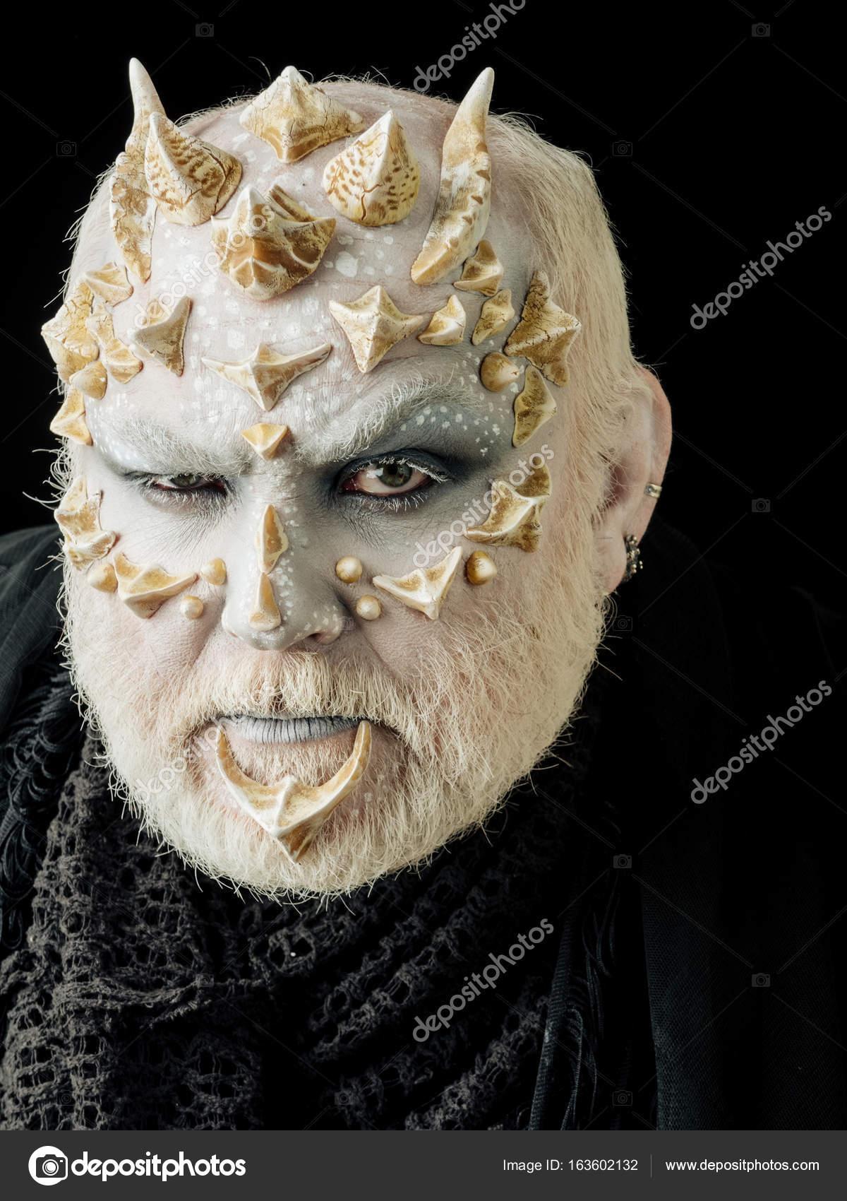Monster Mit Stirnrunzelnd Gesicht Und Weißen Augen Stockfoto