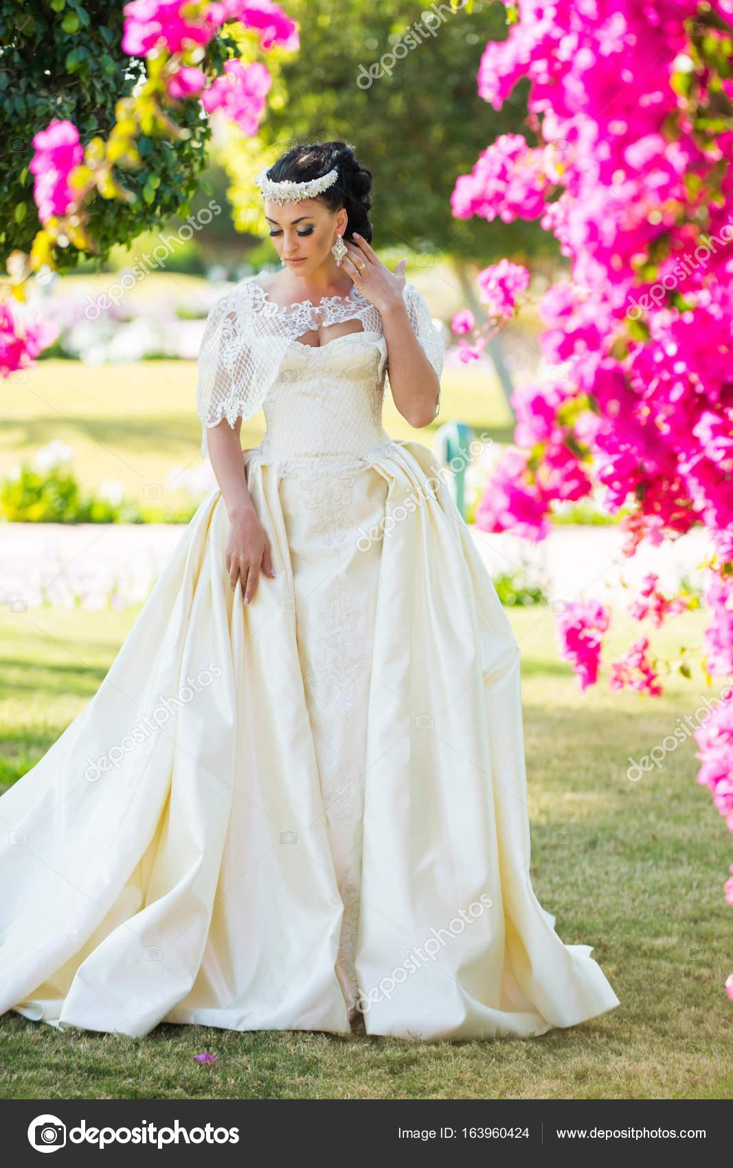 Frau Braut Im Schonen Hochzeitskleid Stockfoto C Tverdohlib Com