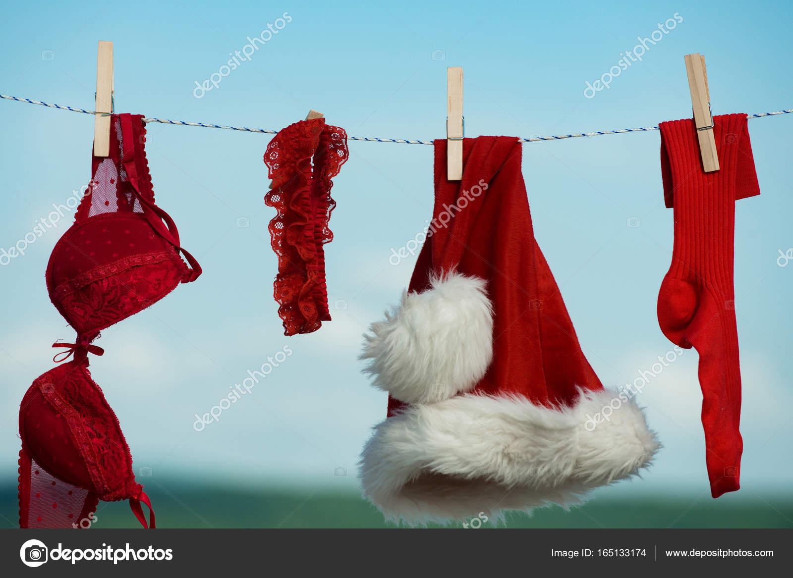 248029f908c520 Kerst kleding buiten. Nieuwjaar kostuum op blauwe hemel. Santa kleren voor  het drogen. Wasserij en Stomerij. Xmas rood kostuum op touw met pin — Foto  van ...