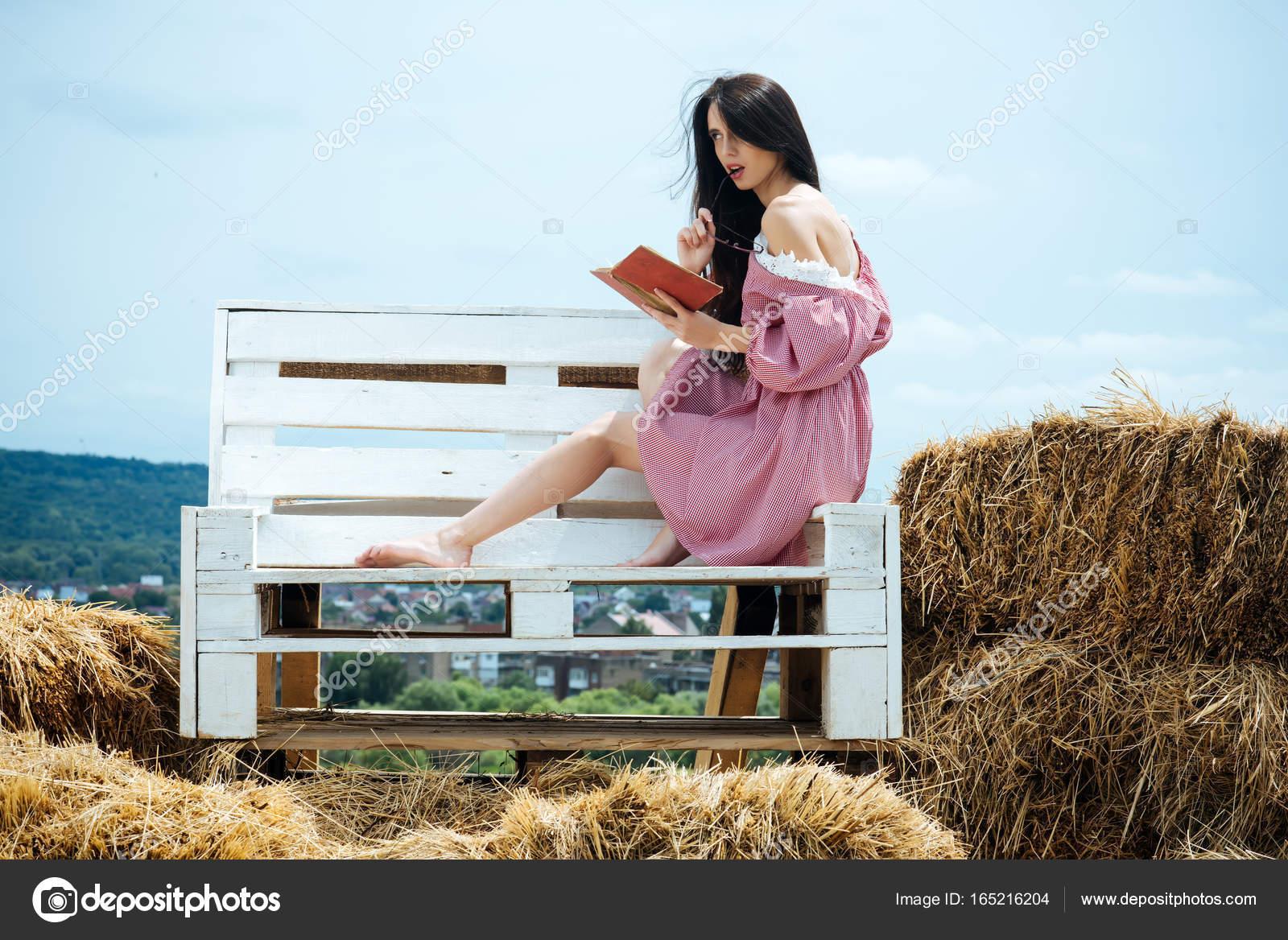 Брюнетка в очках на сене, кончающие женщины писающие