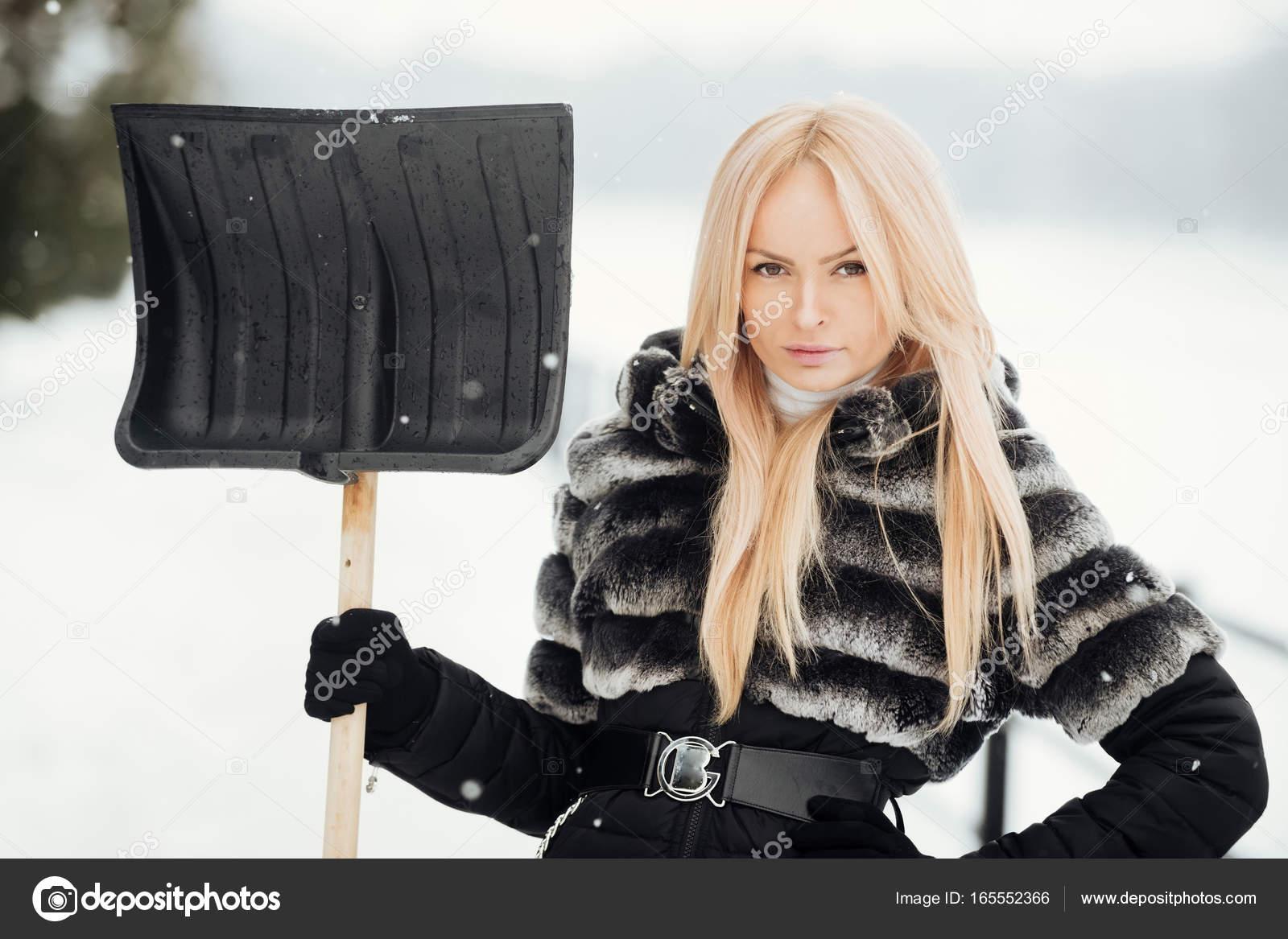 snow-shoveling-naked-girls
