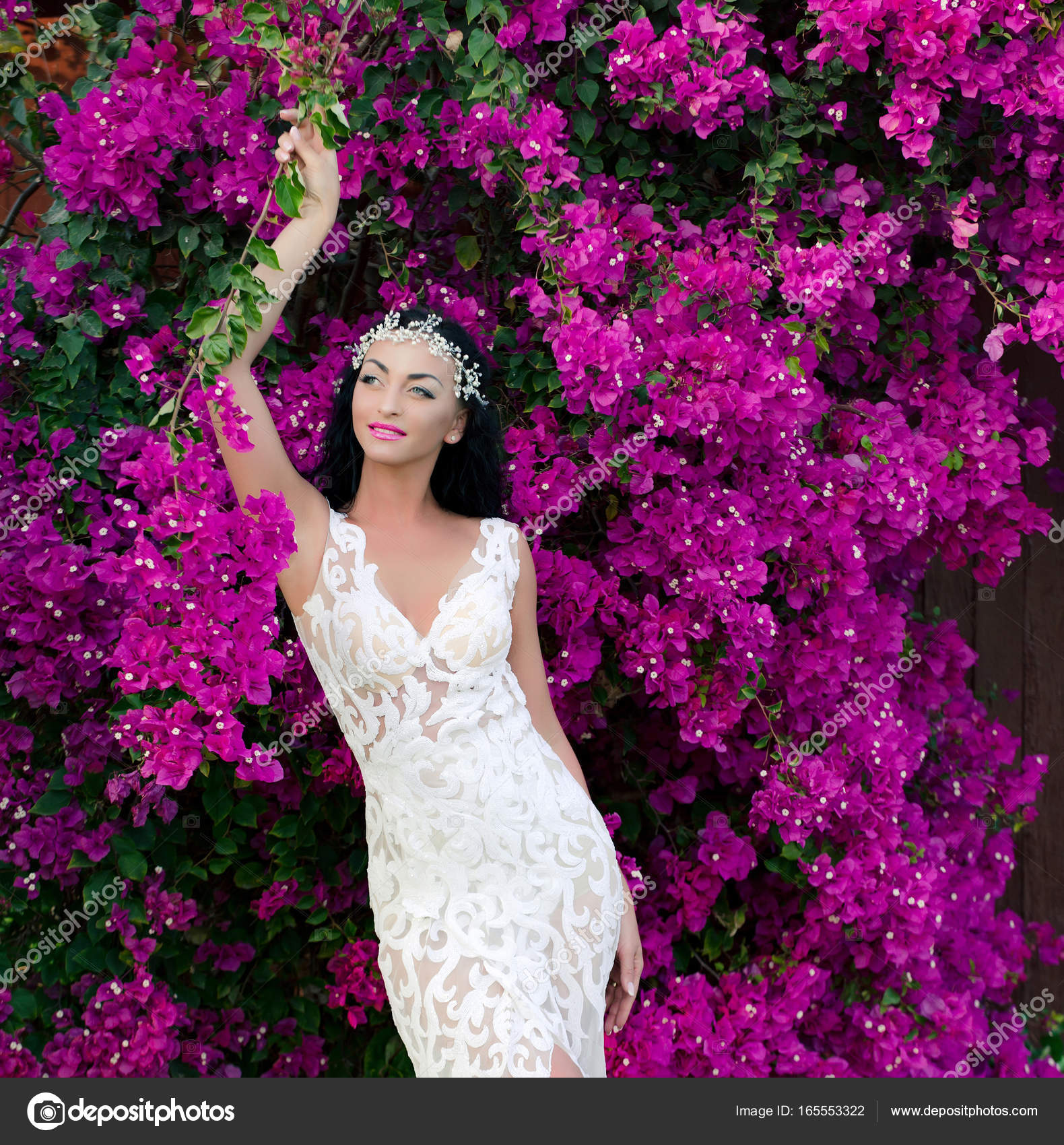 Mujer en diadema y vestido de novia — Foto de stock © Tverdohlib.com ...