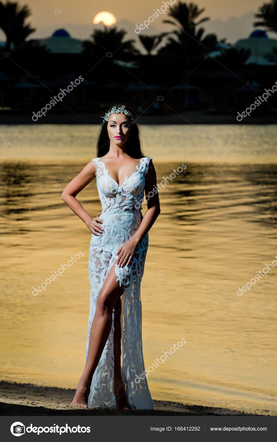 Braut Hochzeit Tiara auf tropische Landschaft — Stockfoto ...