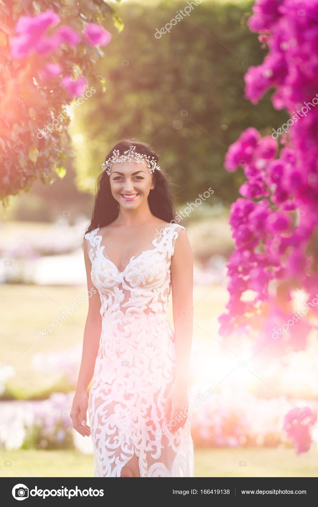 Glückliches Mädchen Braut lächelnd in Hochzeit Tiara und weißes ...